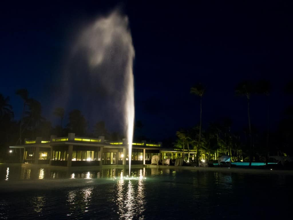 evening water fountain show in the pool next to cata tapa restaurants