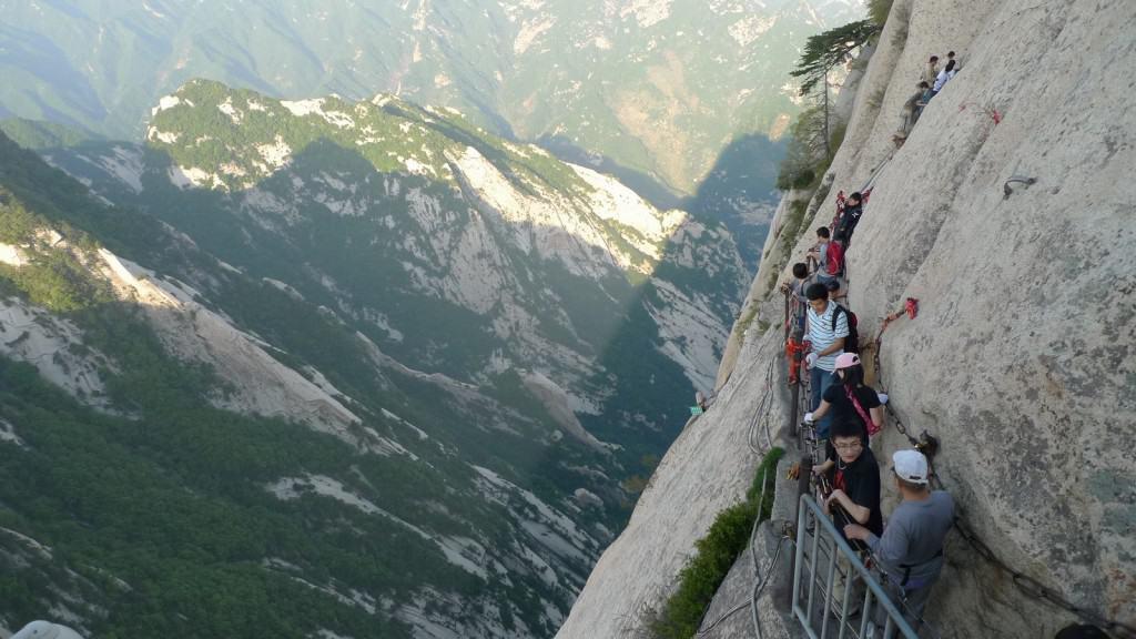 Harrowing hike around Hua Shan Mountain Credit: ImgKid