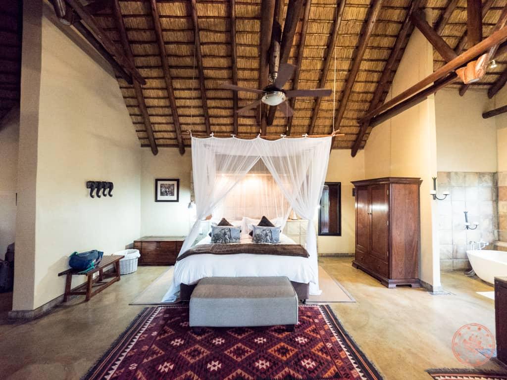 King sized bedroom of Manyeleti honeymoon suite front angle