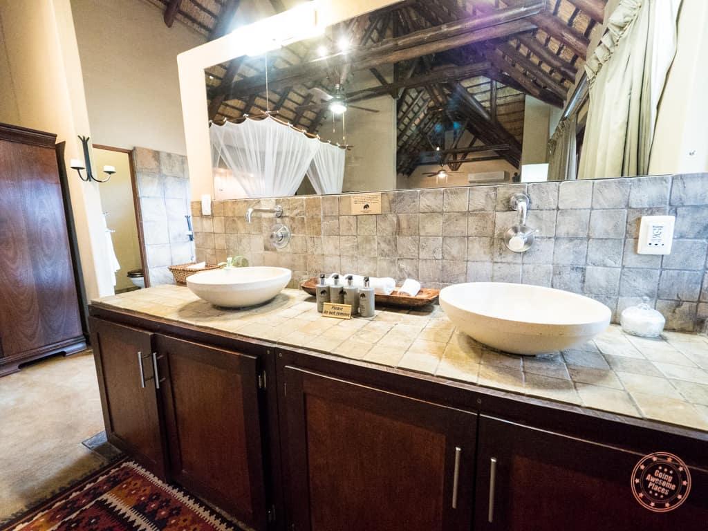 Double vanity sinks of the bathroom in the Manyeleti honeymoon suite