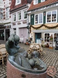 threesome bath statue in schnoor bremen things to see