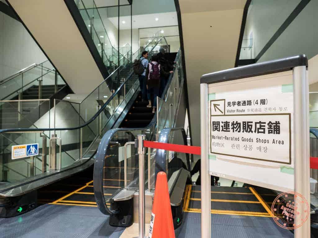 escalators up to uogashi yokocho market