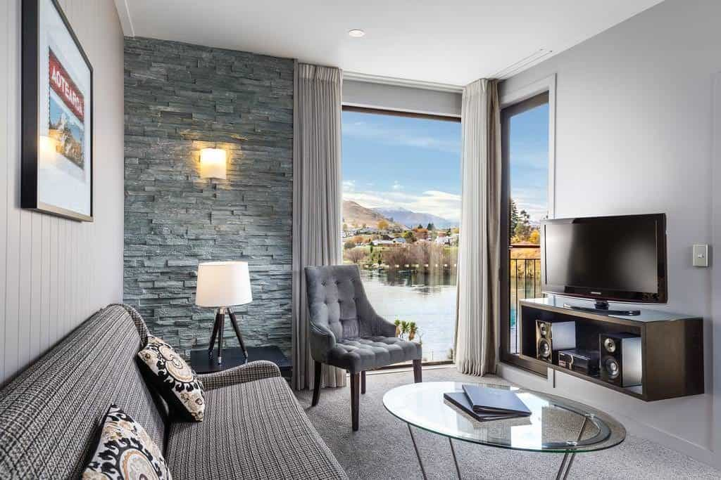 doubletree queenstown bedroom sofa lounge