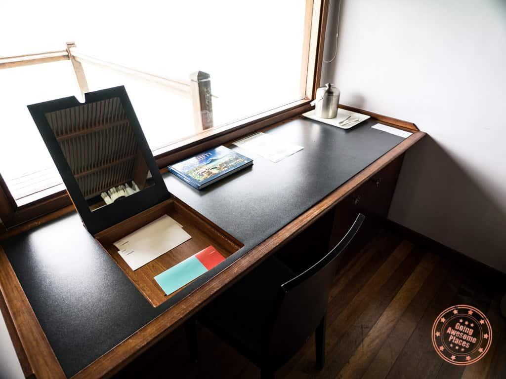 le meridien bora bora overwater bungalow desk