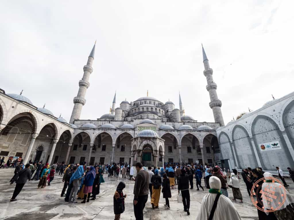 blue mosque courtyard with crowd of tourists