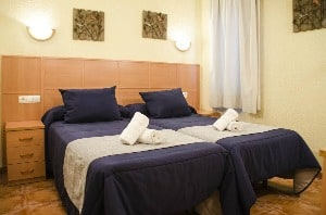 Small, affordable hotel room with twin beds at the Hotel Da Vinci in Seville